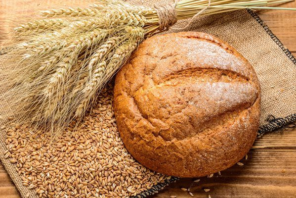 Flatlay image of bread and wheat grains